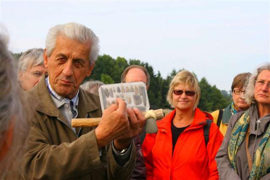 Bernhard Kerscher aus Moosburg zeigt Silexfunde und ein Steinbeil der Jungsteinzeit