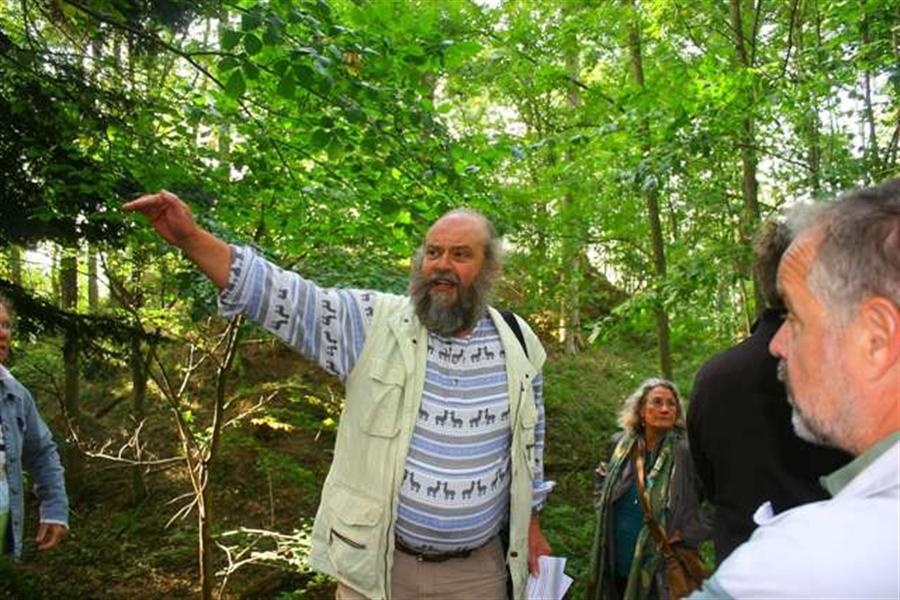 Hans Gumberger erklärt den Turmhügel
